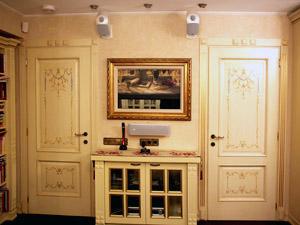 Маскировка телевизора багетной рамой с картиной в интерьере дома квартиры гостиной спальни. Телевизор в багете