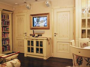 Маскировка телевизора багетной рамой с картиной