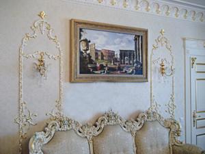 Маскировка телевизора багетной рамой с картиной в интерьере дома квартиры гостиной спальни