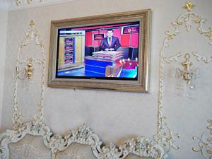 Маскировка телевизора багетной рамой с картиной в интерьере дома квартиры гостиной спальни. Телевизор в багете.